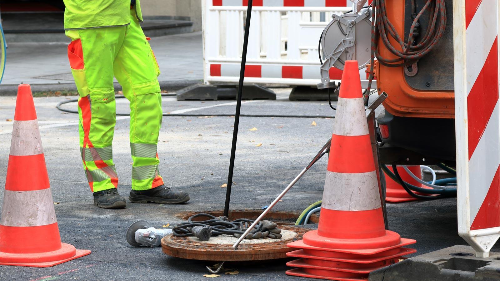Bauarbeiter bei der Kanalprüfung