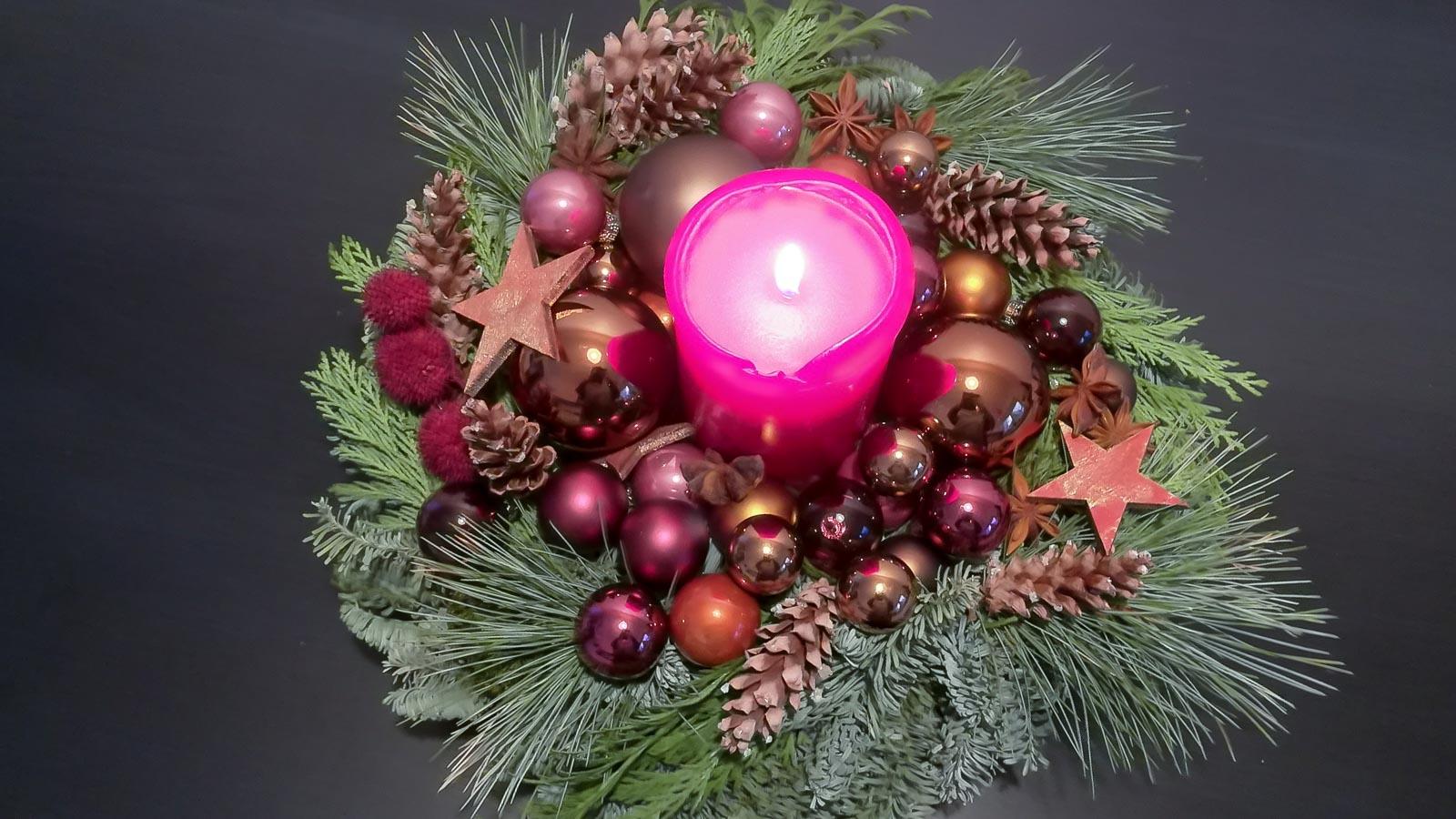 Adventsgesteck mit echter, brennender Kerze