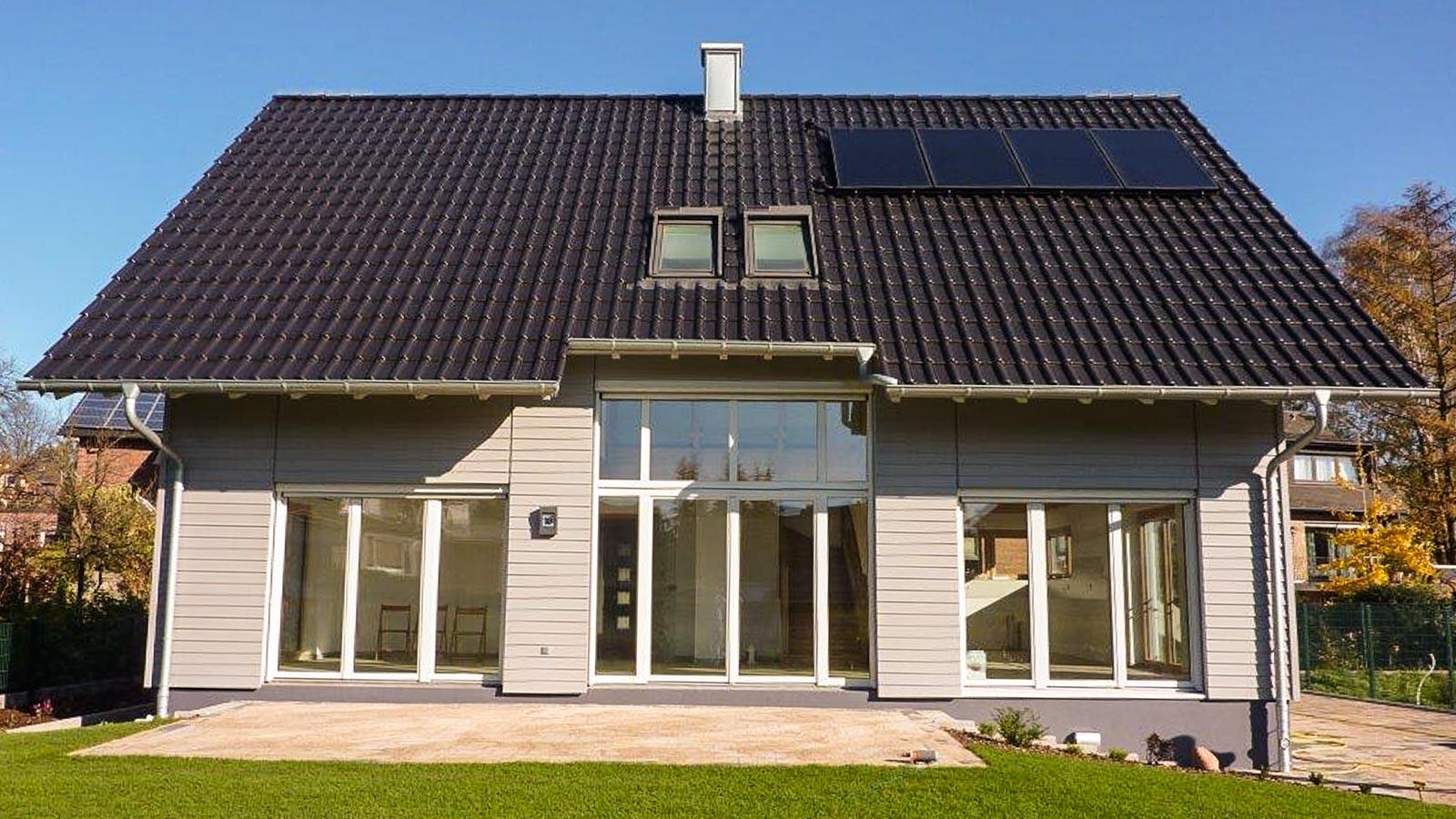 Ansicht eines Einfamilienhauses mit Terrasse und Garten