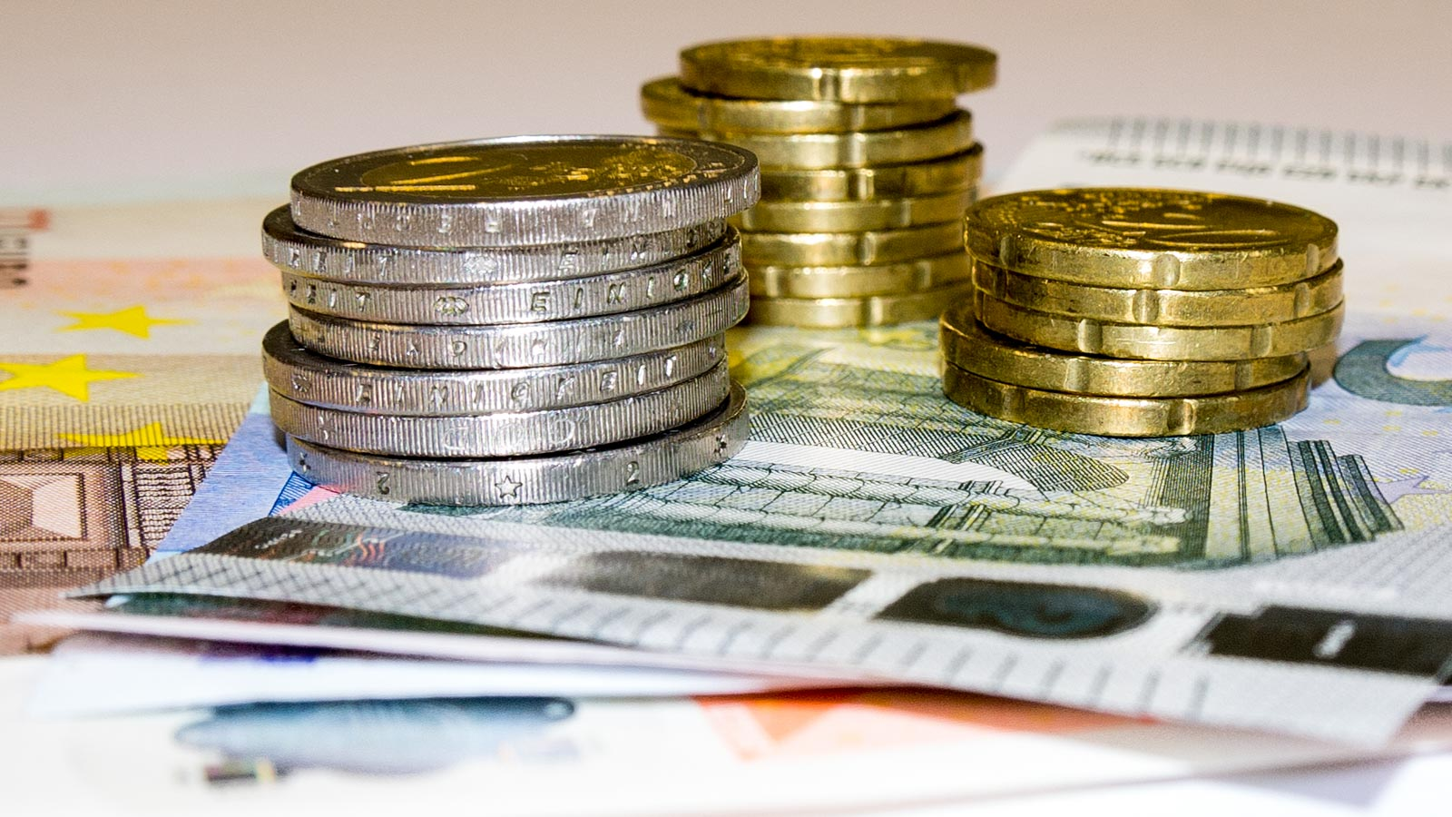 Geldmünzenstapel auf Geldscheinen