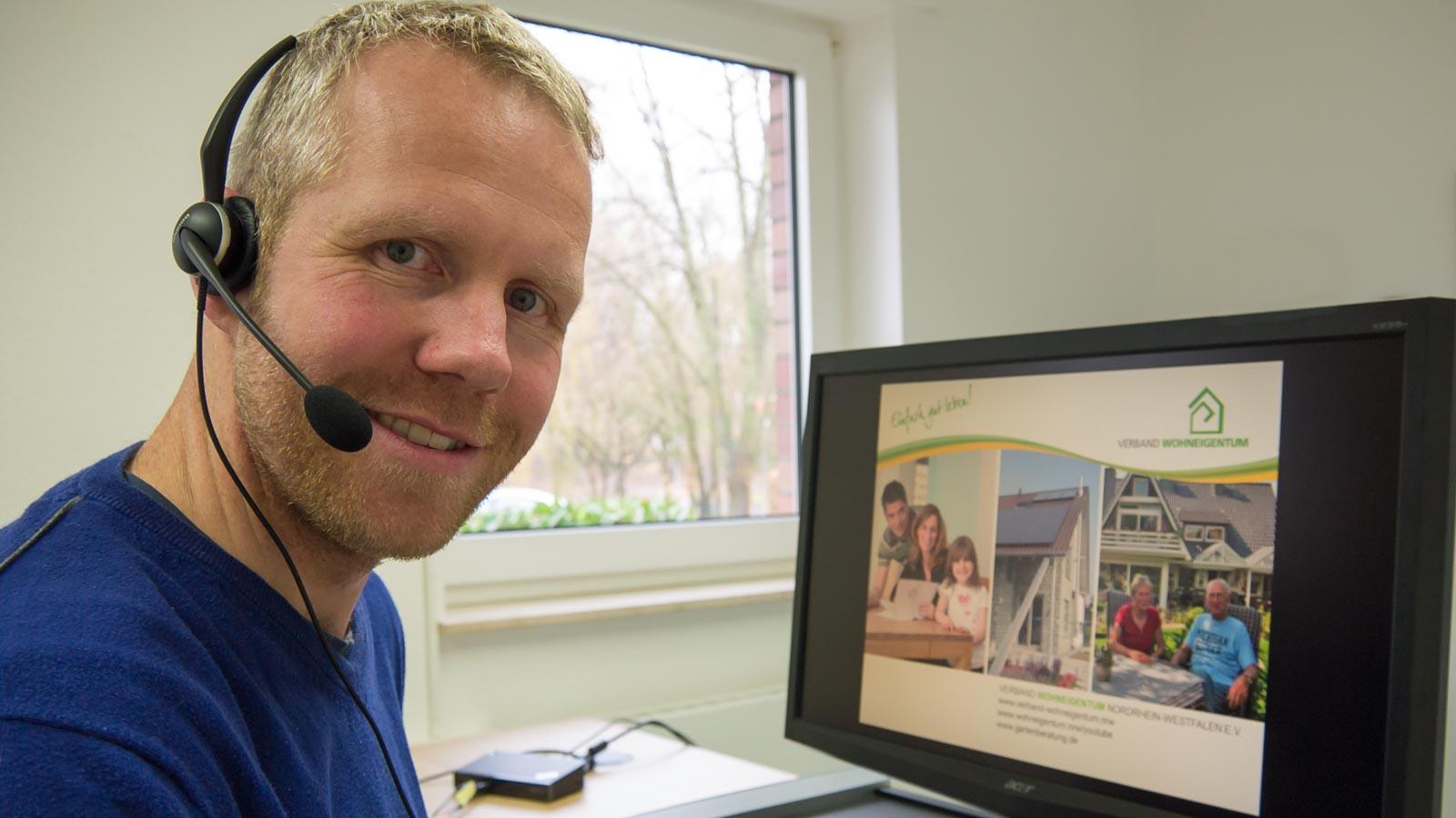 Referent Philippe Dahlmann mit Headset vor einem Monitor