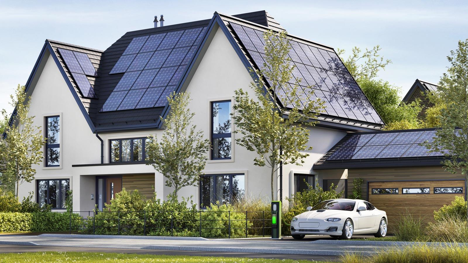 Haus mit Photovoltaikanlage auf mehreren Dachflächen mit unterschiedlicher Ausrichtung