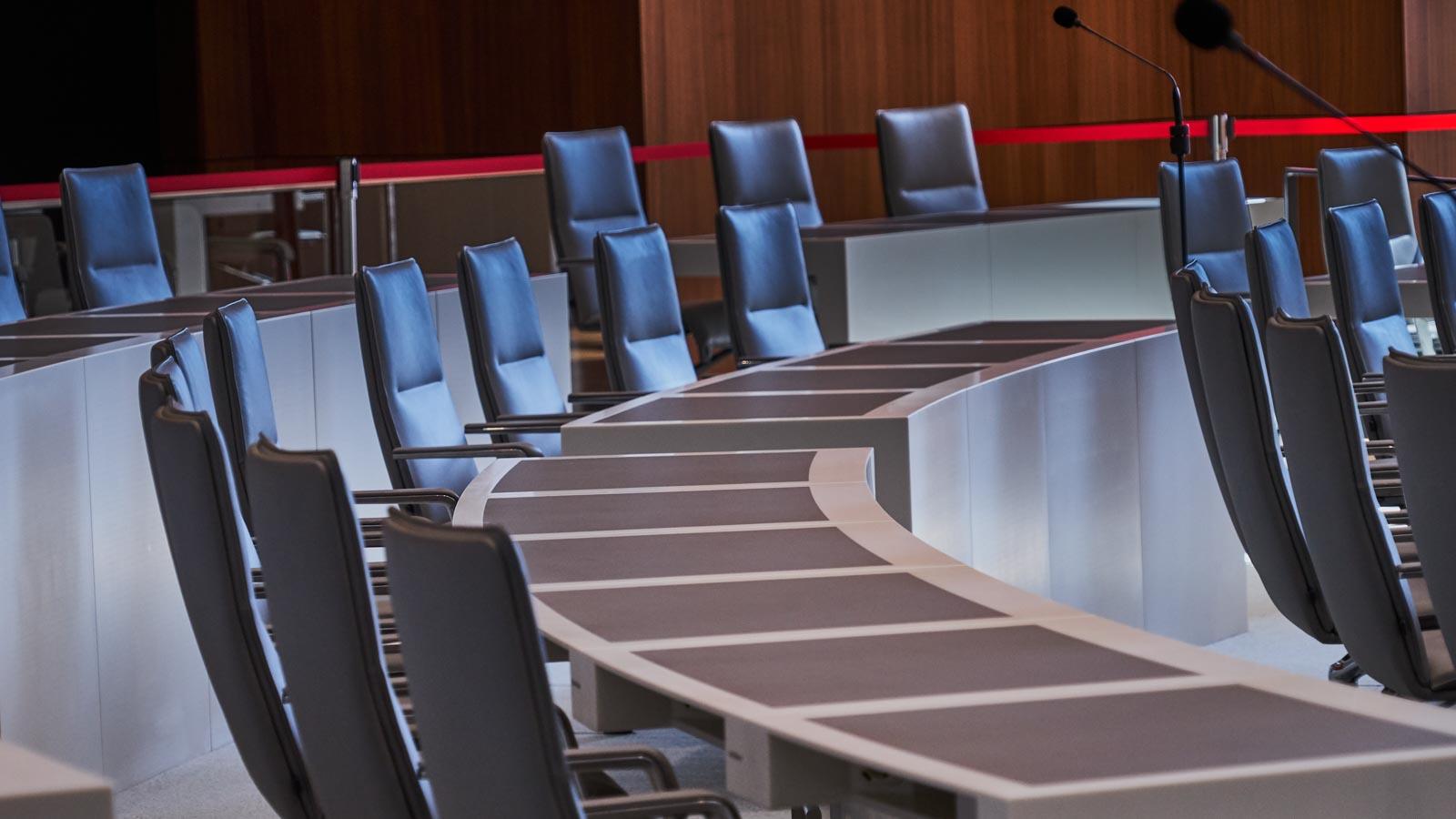 Leere Stuhlreihen in Parlamentssaal
