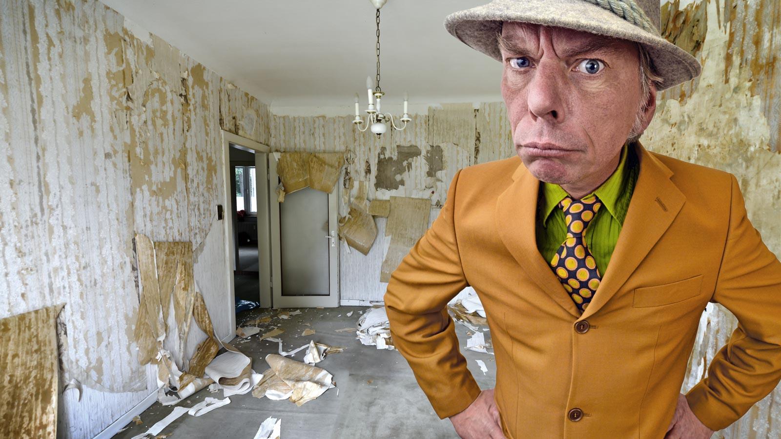 Wütender Vermieter in einer heruntergekommenen Wohnung