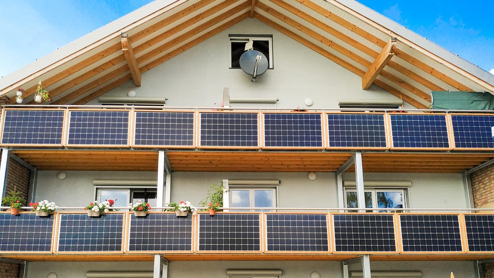 Haus mit Stecker-Solarpanels an allen Balkonbrüstungen