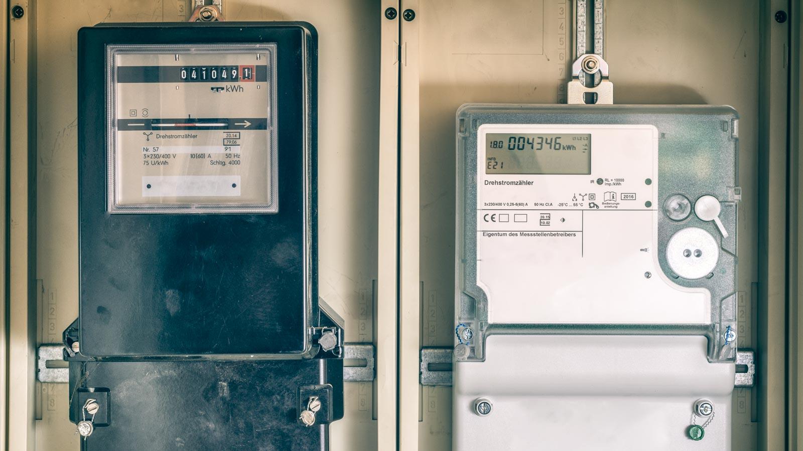 Aufnahme eines alten und eines modernen Stromzählers nebeneinander