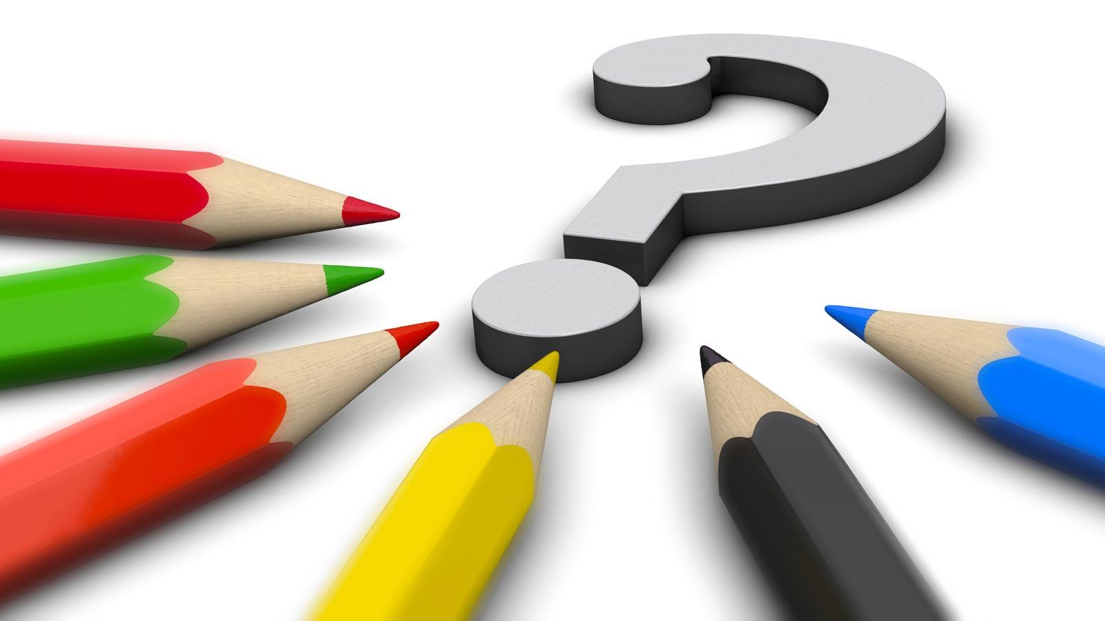 Bleistifte in Parteifarben, die um ein Fragezeichen gruppiert sind