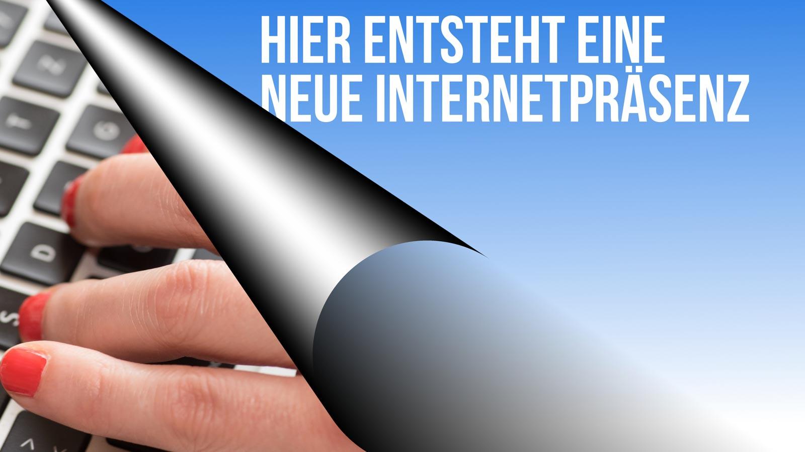 """Grafik """"Hier entsteht eine neue Internetpräsenz"""" über einer Tastatur mit Frauenhand"""