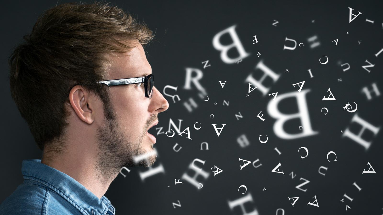 Profilaufnahme eines Mannes aus dessen Mund Buchstaben fliegen