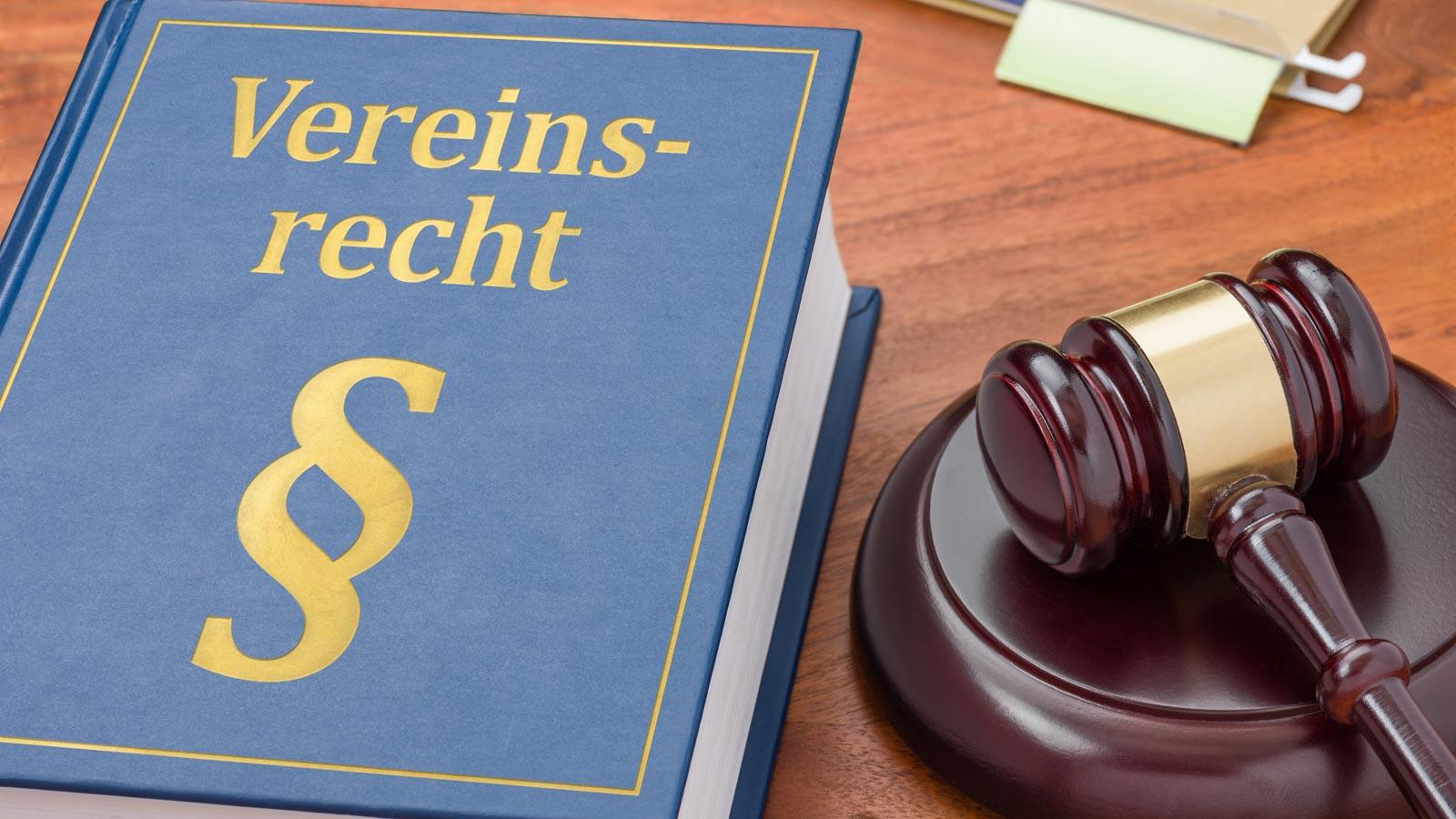Gesetzesbuch Vereinsrecht und Richterhammer