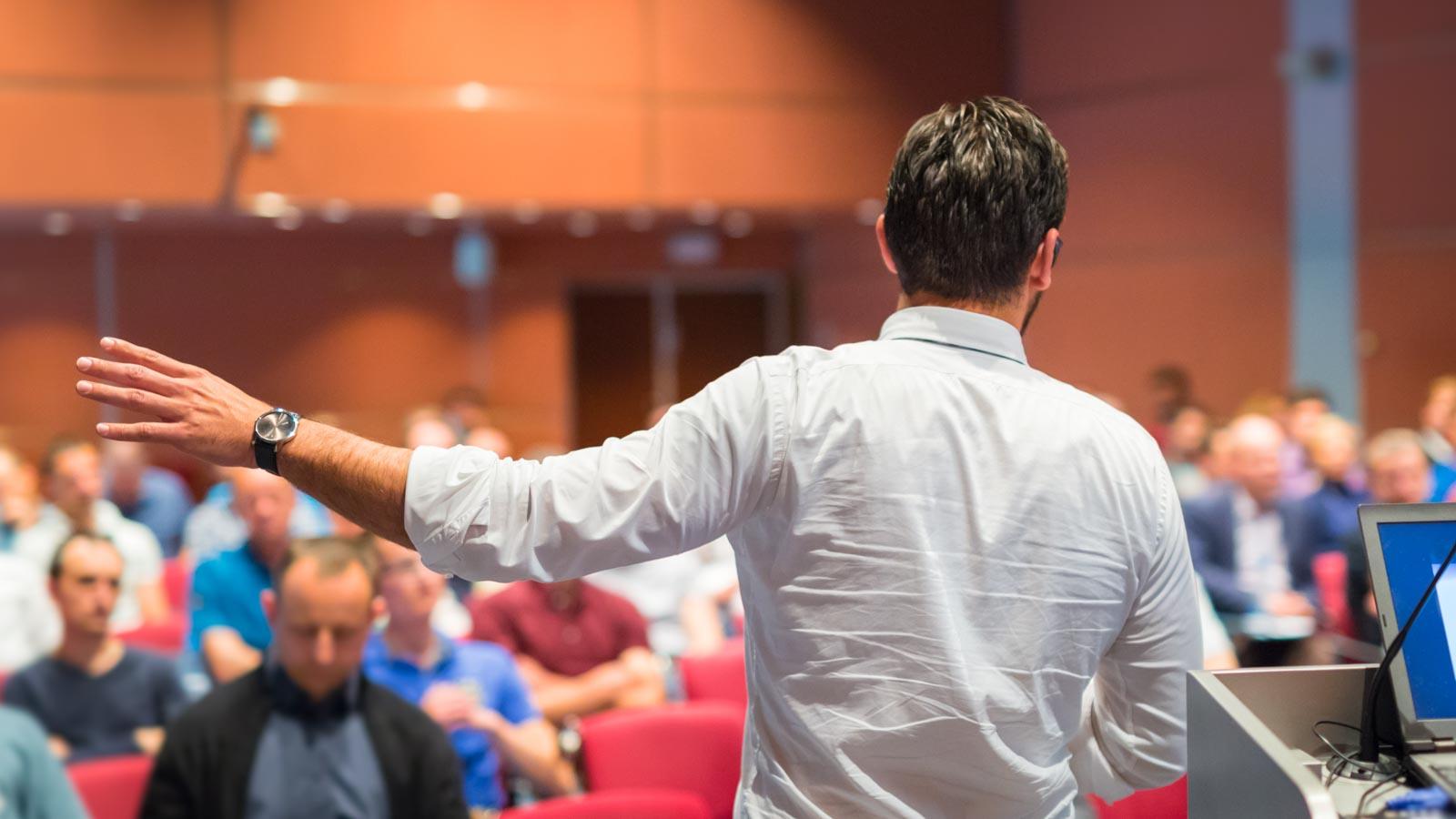 Redner vor großem Publikum