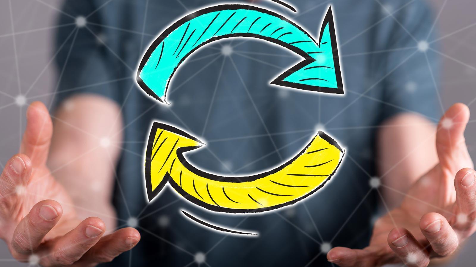 Symbolbild: zwei Hände, zwischen denen zwei Pfeile einen Kreis bilden