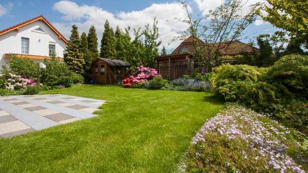 Garten mit gepflegtem Rasen